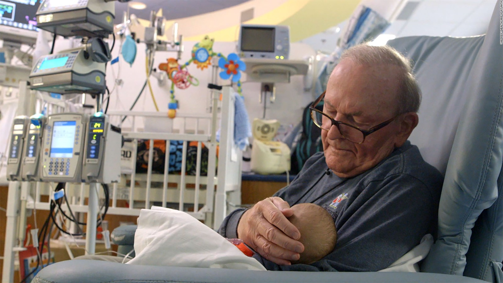 Muere «abuelo de la UCI», quien cuidaba bebés enfermos en un hospital